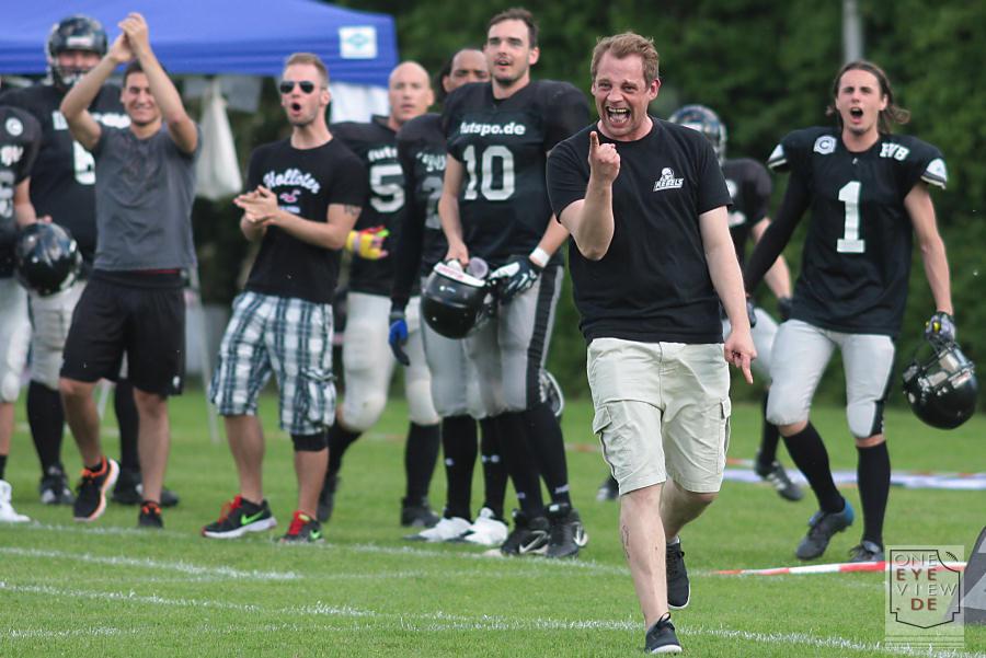 Offensive Coordinator Nico Friske scheint zufrieden mit seinen Spielern zu sein. | 1/ 1600 sec | 200m | f3.2 | ISO 320 (Klicken für größere Ansicht)