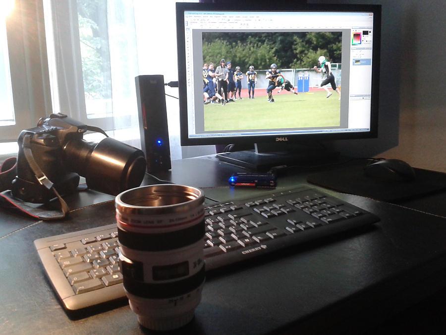 Mein Arbeitsbereich, inkl. Kamera, stationärem Rechner und im Vordergrund einem optisch angemessenen Teebecher (Danke an die liebe Schenkerin)